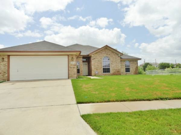 -  1350   4br - 2155ft sup2  - Great 4 bedroom with Large master bedroom and HUGE YARD   Boots  Killeen