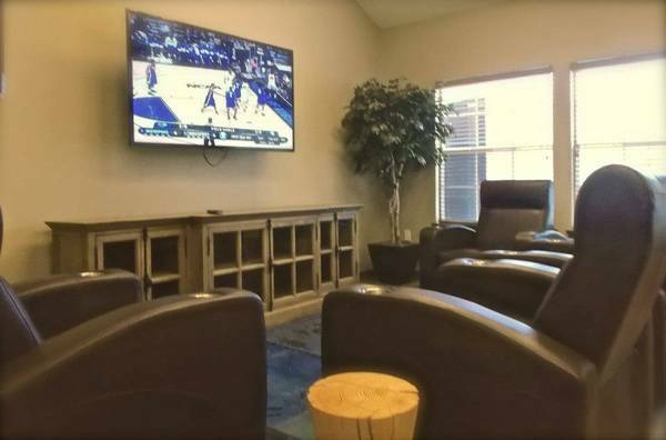 - $419 - $439  4br - 1 BR available for sublease at Burbank Commons  (4600 Burbank Drive)