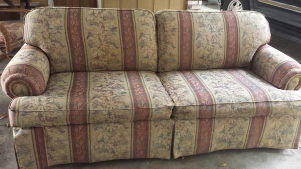 Beautiful La-Z-boy Couch (Baton Rouge)
