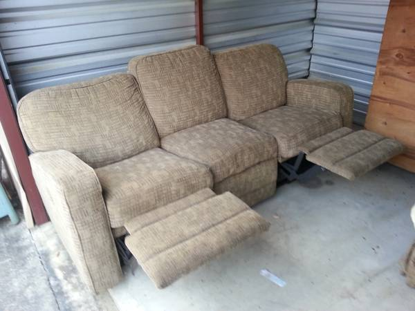 La-z-boy Couch Excellent Condition(reclines) MUST SELL WEDNESDAY $160 - $160 (Denham Springs )