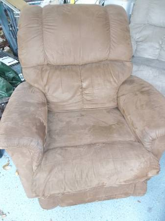 LA-Z-BOY RECLINERS (2 to choose from) - $60 (S. Baton Rouge)