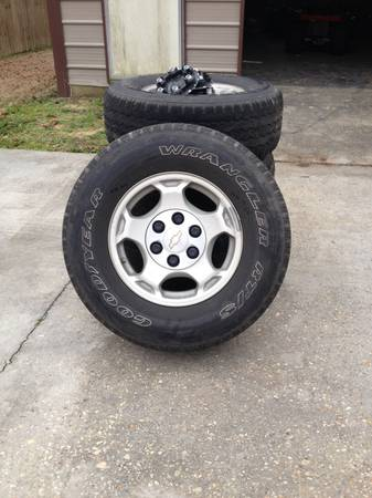 Set of 4 chevy tahoe rims and tires - x0024200 (Galvez)