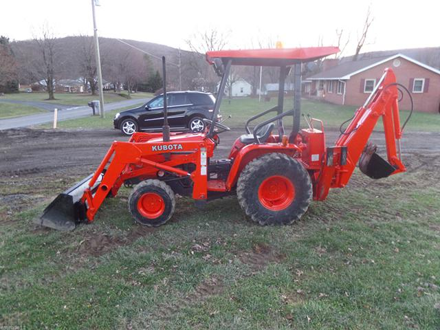 2 000  KUBOTA B20 4X4 tractor  loader backhoe excellent condition