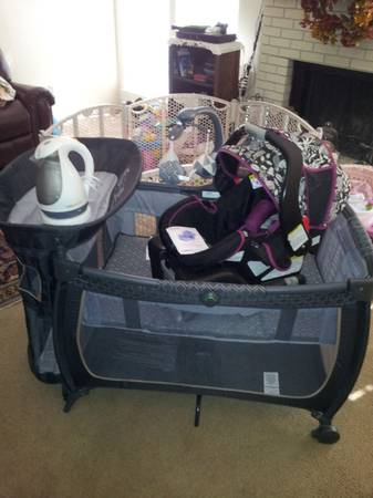 Snugride 30 carseat cute floralblack, Safety First pack n play - $125 (Midland)