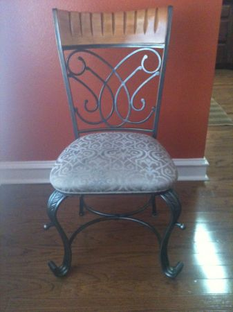Casual Dining Room Set - 4 chairs - $375 (Harlingen)