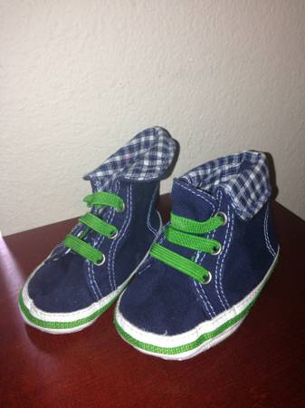 OLD NAVY BABY SHOES SIZE 2 (BROWNSVILLE )