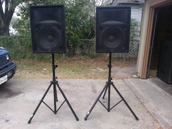 Peavey HDH 244T Speakers with stands and lifier  - $980 (Kingsville)