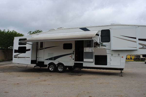 2009 Cedar Creek by Forest River 5-Slide 5th Wheel - $36000 (Bryan, Texas)