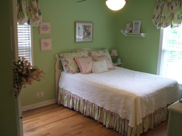 Bedding (custom made) Pottery Barn like girl colors - $65 (College Station)
