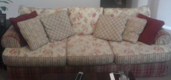 BEAUTIFUL SHABBY CHIC COUCH - $150 (CORPUS SOUTH SIDE)