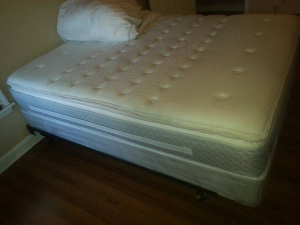 3 week old queen Sealy Posturepedic - $550 (Santa fe and Texan trail)