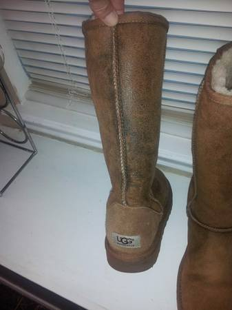 beautiful UGGS size 8 AND a nice pair of Oakleys - $50 (FLOUR BLUFF)