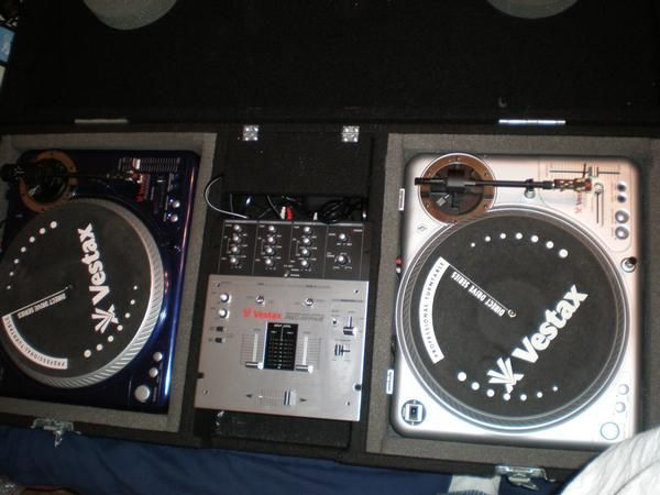 CHRISTMAS IS COMING PRO TURNTABLES SET UP FOR SALE LOOK - $1 (sa)