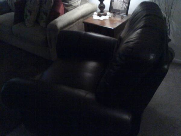Like new Leather Recliner (Longview)