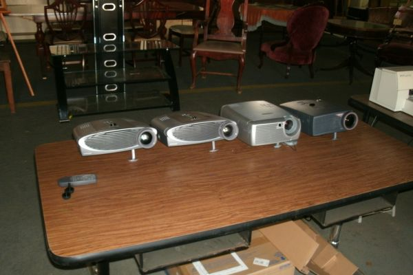 Video Projector-Apple Cinema-L C D Monitors-Laptop - $20 (East Texas)