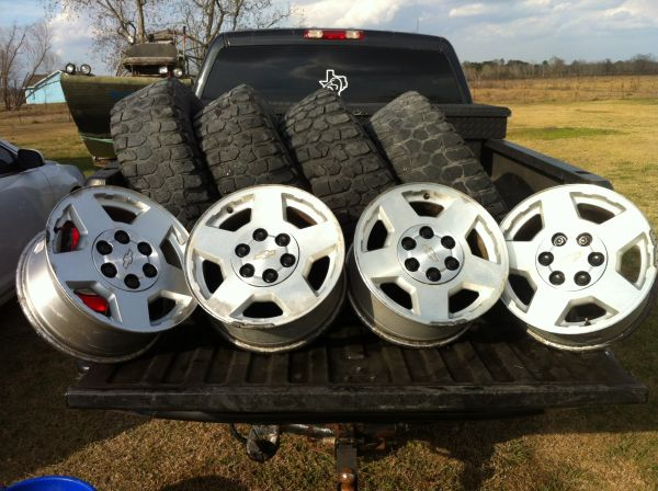 Chevy 17 inch factory wheels with 2857017 bfgoodrich tires - $200 (Manvel tx)