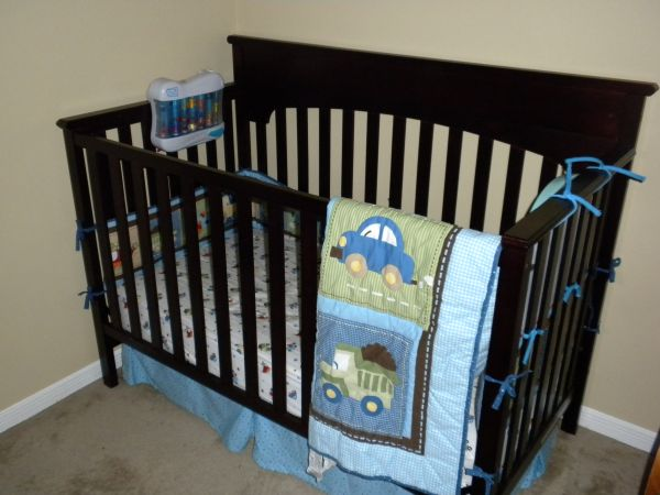 Graco Lauren Classic Convertible Crib with Matching Changing Table - $100 (Dickinson)
