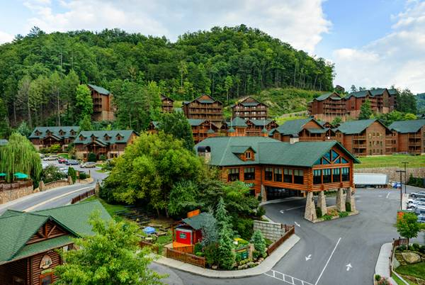 Fall Week in Gatlinburg at 5-Star Resort with Huge Indoor WaterPark  Gatlinburg  TN