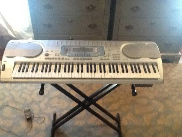 Casio organ with stand -   x0024 75  Houma