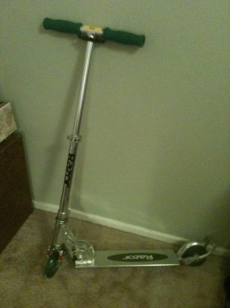 One of the ORIGINAL RAZOR SCooters with Rear Lights and carrying strap - $30 (The Woodlands)