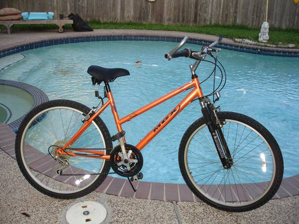 Womans MONGOOSE S20 Mountain Bike w 21 speeds 26 tires front shocks - $80 (katy cinco ranch)