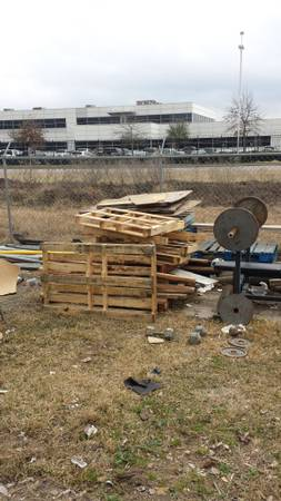 Free wooden Pallets (215 S PERSIMMON ST)