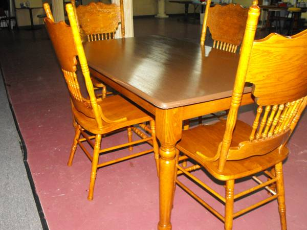 Brown Top Table w 4 Chairs Mesa Con 4 Sillas - $120 (Pasadena)