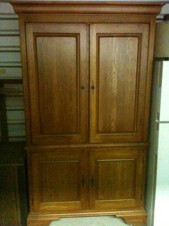 BEAUTIFUL KINCAID OAK SOLID WOOD ENTERTAINMENT ARMOIRE w3 DRAWERS - $250 (West Houston)