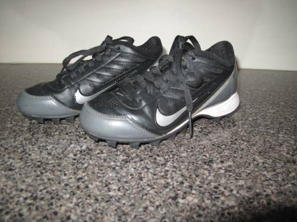 NIKE YOUTH FOOTBALL CLEATS SIZE 1 - $10 (FRIENDSWOODPEARLAND)