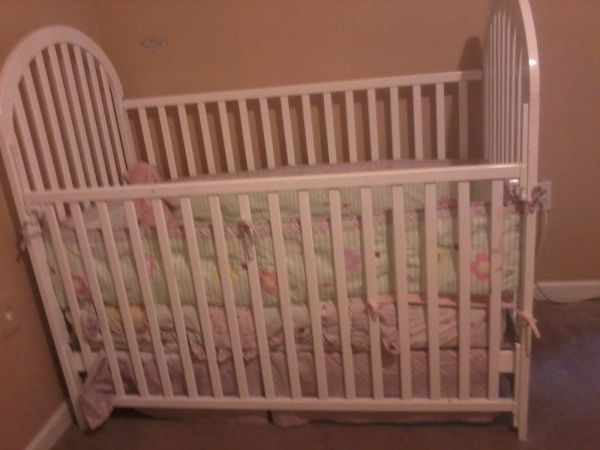 white baby crib including lady bug bed set (matress not included) - $85 (webster)