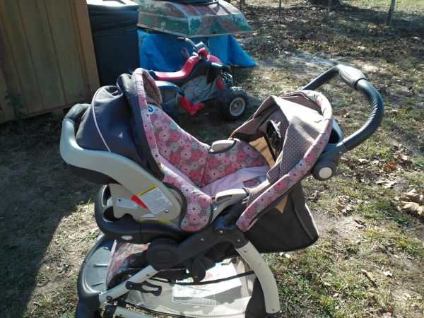 Graco pink brown stroller car-seat duo - $50 (New Caney)