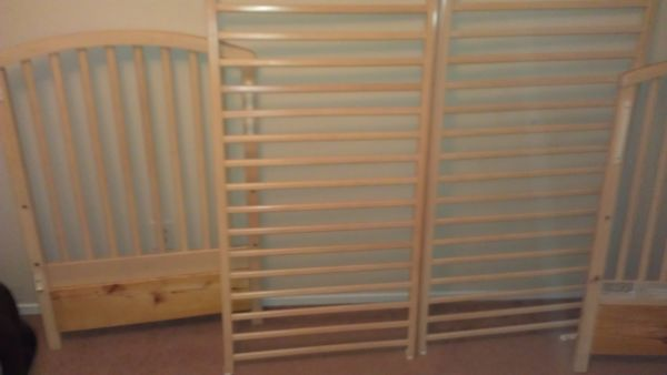 Light Wood Crib Perfect Condition - $75 (The Woodlands)