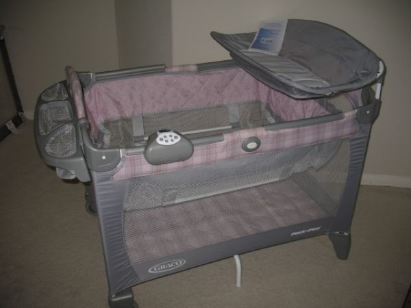 Beautiful GRACO pink pack and play complete - $80 (Clear Lake)