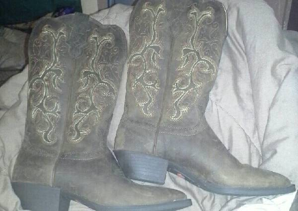 ladies justin cowboy boots worn once - $100 (willis)