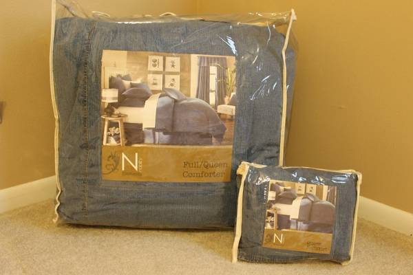 Queen Size Denim Comforter and Bedskirt - $75 (Lake Jackson)