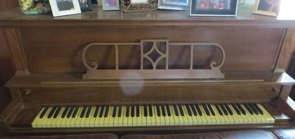 Piano Upright Vintage Voss Sons - $250 (Leona TX)