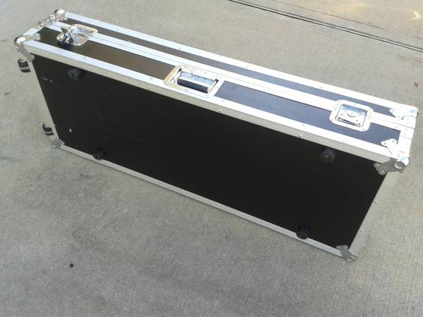 Road Runner flight case 61 keys - $185 (Sugar Land)