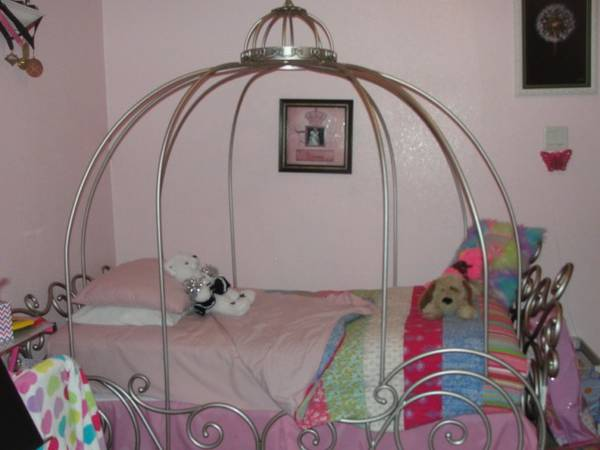 Disney Princess Twin Carriage Bed MUST SEE - $300 (Harker Heights)