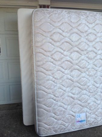 Queen Size Sealy Posturepedic Super Premium Super Plush Mattress box sprin - $175 (Belton)