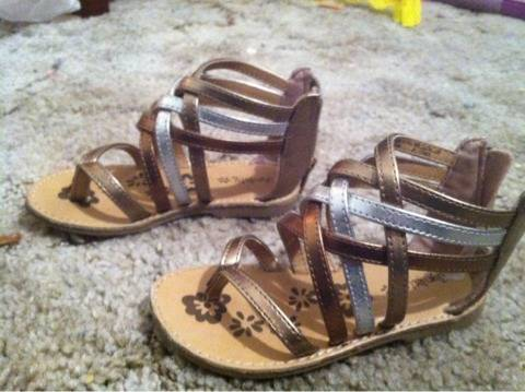 toddler girl size 8 sandals - $6 (Temple)