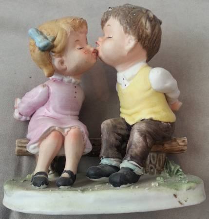 Ardco fine quality Dallas figurine kissing kids - $5 (killeenfort hood)