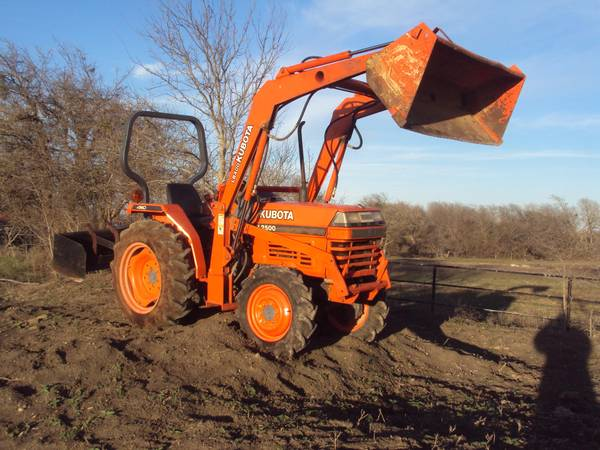 Kubota L2500 4WD Tractor with a LB400 Loader - $9500 (Troy (Waco-Temple))
