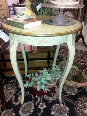 BEAUTIFUL ROUND PAINTED TABLE - $150 (ROOSTERS ANTIQUE MARKET)