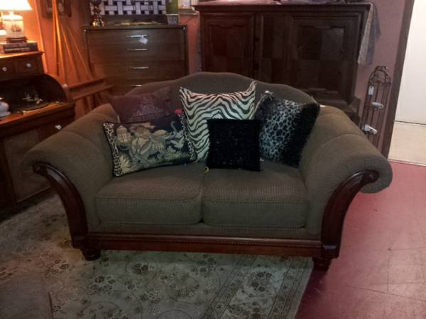 BEAUTIFUL NEUTRAL LOVESEAT - $275 (ROOSTERS ANTIQUE MARKET)