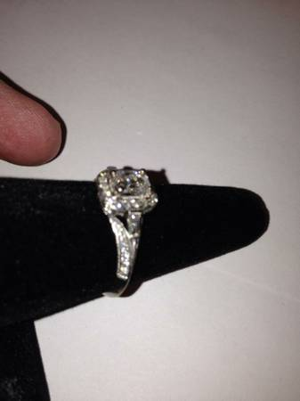 18K White Gold Diamond Ring -   x0024 2000  Milton