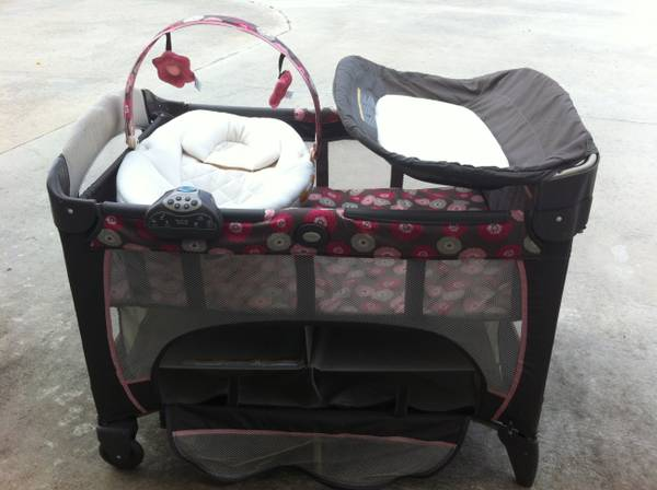 Graco pack n play w  newborn napper station DLX play yard- chelle -   x0024 80  Breaux Bridge