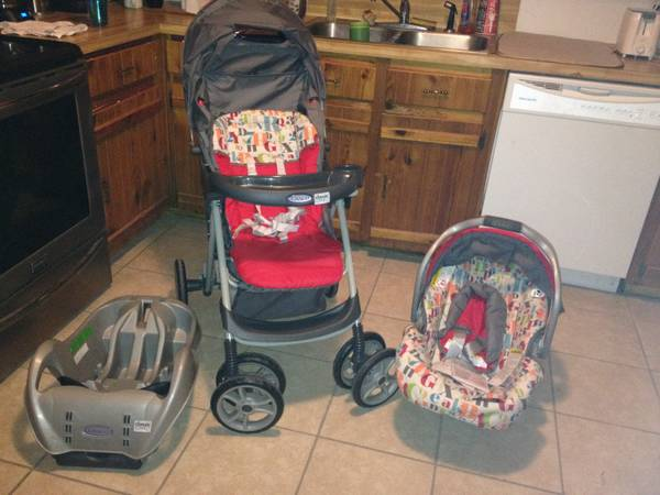 Brand New Graco Classic Connect Base  Car seat  and Stroller -   x0024 150  Sulphur