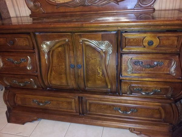 BEAUTIFUL QUEEN SIZE BED AND DRESSER PRICE INCLUDES MATTRESS BOX - $1500 (Laredo, Tx)