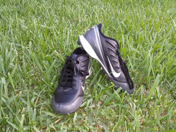 NIKE FOOTBALL CLEATS SIZE 8 US - $10 (OBO MISSION)