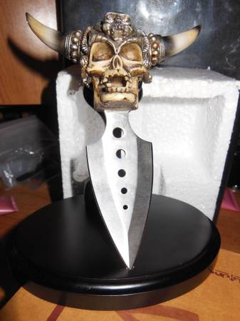 Skull Knife with Stand -   x0024 40  Palmview